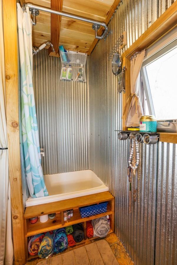 TINY-HOUSE-GIANT-JOURNEY-淋浴间